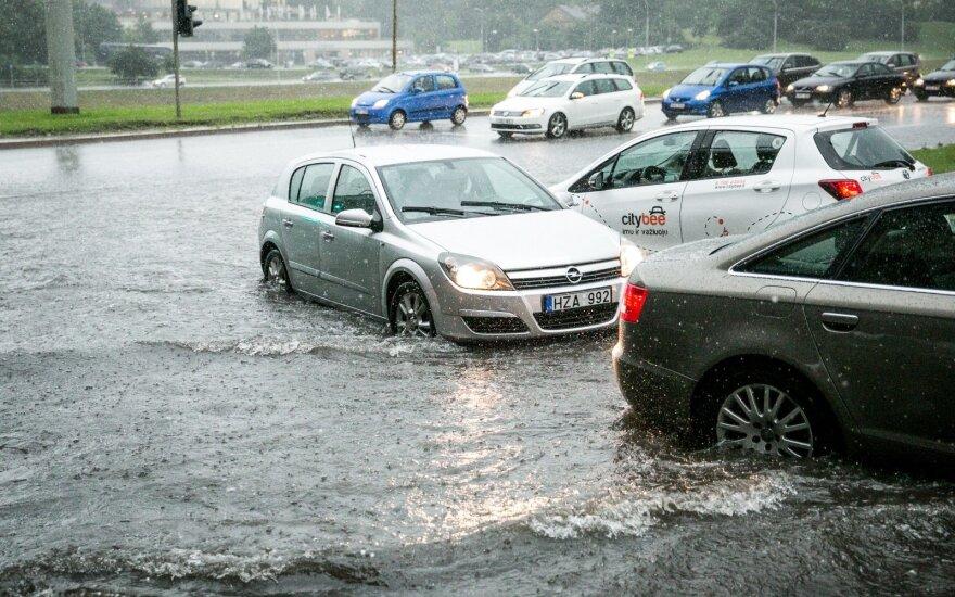 Po dar vieno liūties smūgio Vilniuje eismas išlieka sudėtingas