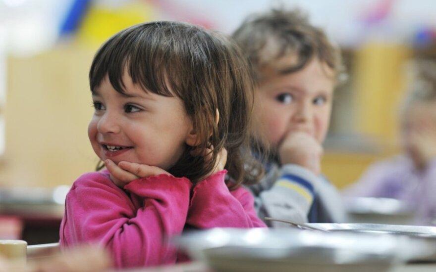 Vaikai valgo vaikų darželyje