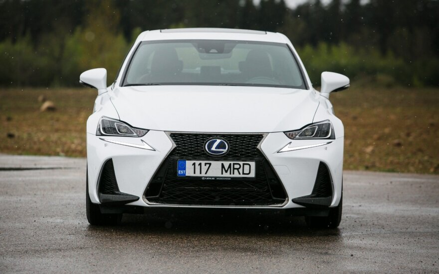 "Modernizuotas ""Lexus IS 300h"""