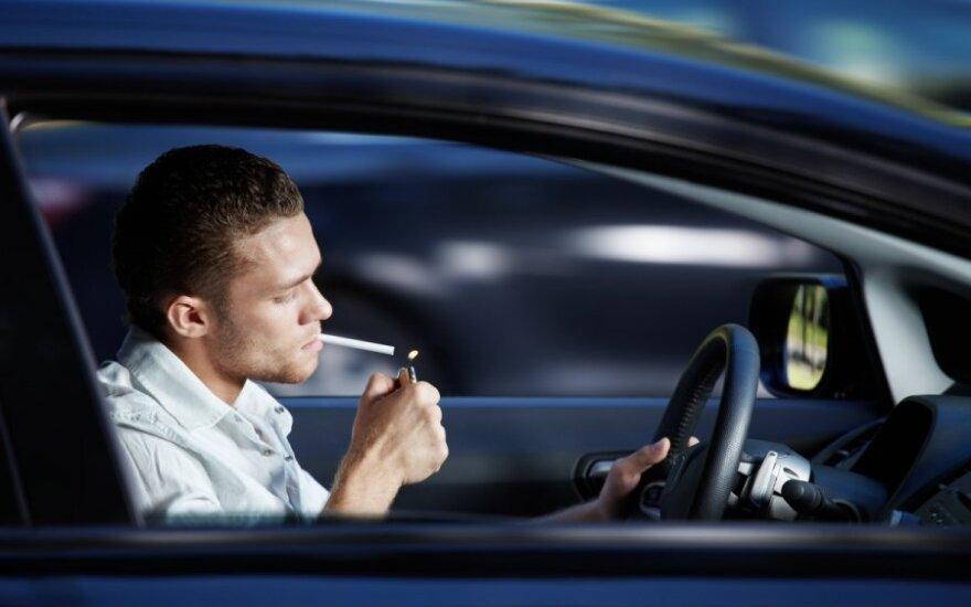 Ką daryti, jeigu automobilyje smirda: kaip atsikratyti rūkalų kvapo salone