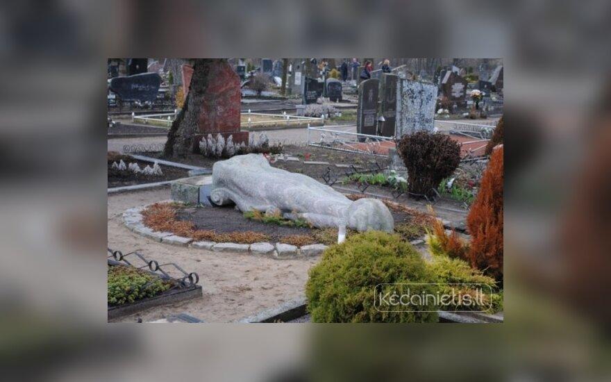 Siaubingas išpuolis Kėdainių kapinėse – išvartyta 230 antkapių
