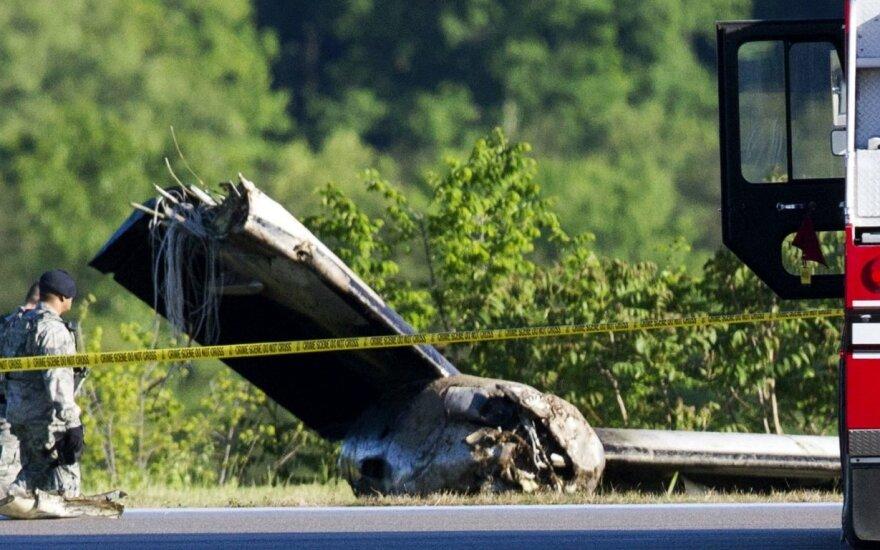 Vakarų Virdžinijoje nuo tūpimo tako nulėkus transportiniam lėktuvui žuvo du žmonės