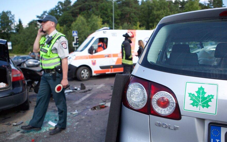 Trečdalį avarijų sukelia jauni vairuotojai: tarp priežasčių – ir noras pasipuikuoti mašina