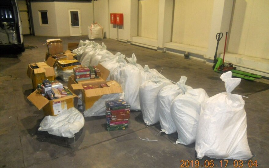 Rusijos pašto užplombuotuose maišuose mūsų muitininkai aptiko kontrabandą