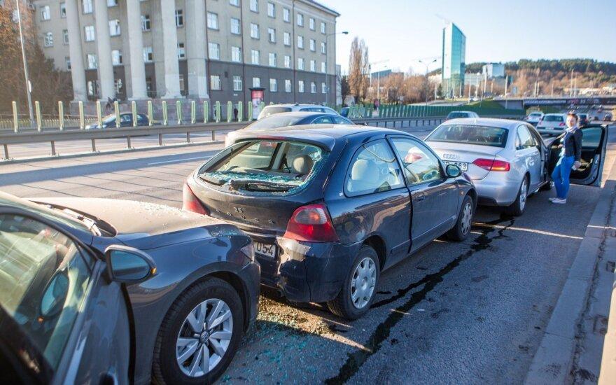 Dėl keturių automobilių susidūrimo Vilniaus centre susidarė didelė spūstis