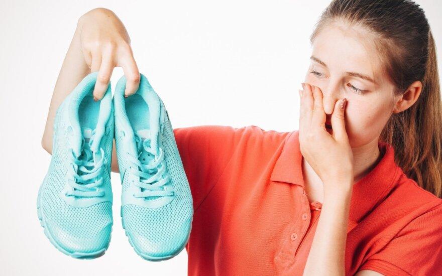 Septyni paprasti būdai panaikinti nemalonų sportbačių kvapą