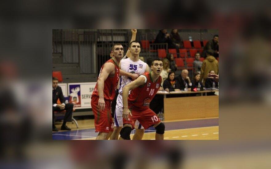 Denisas Krestininas varžovų apsuptyje (basket.lv nuotr.)