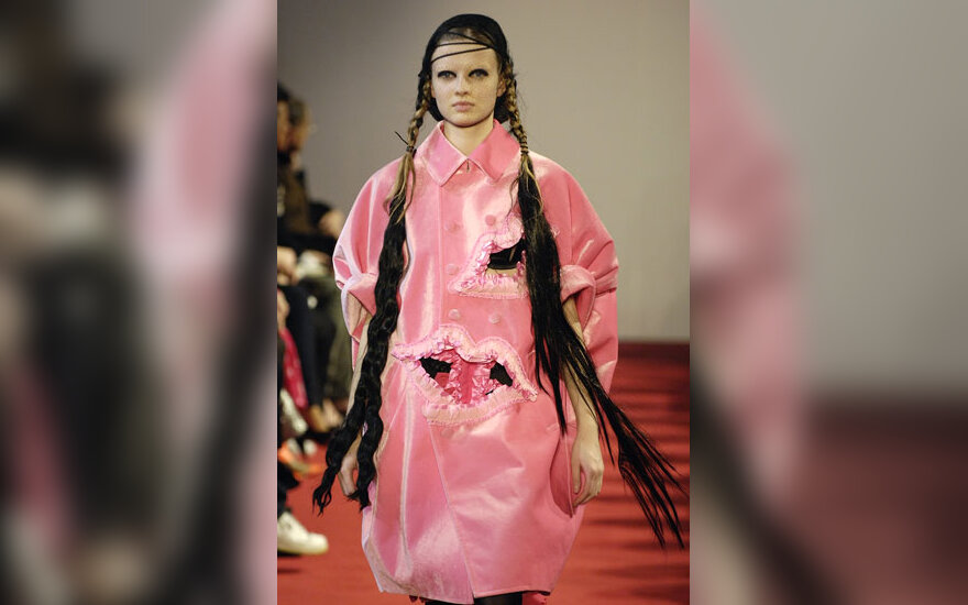 Modelis iš dizainerės Rei Kawakubo kolekcijos