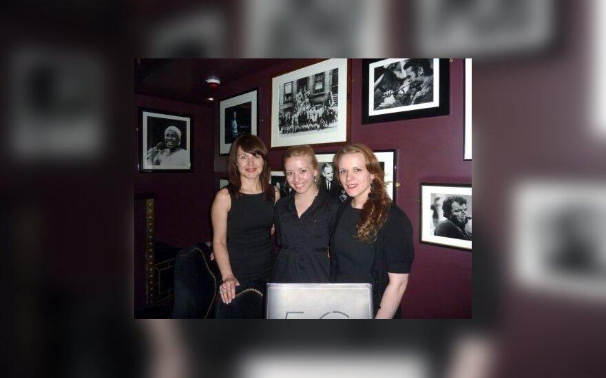 Garsiajame džiazo klube svečius sutinka Jūratė, Oksana ir Orinta