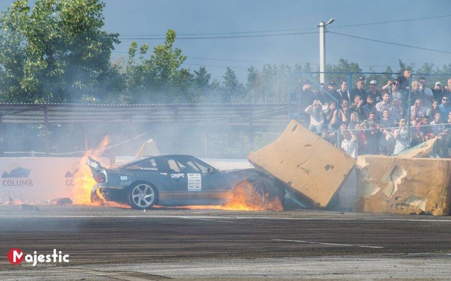 """Gedimino Levicko """"Nissan 200SX"""" paskendo liepsnose. Sergei Slonitski nuotr."""