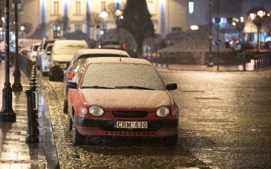Vairuokite atsargiai: eismo sąlygos Lietuvoje sudėtingos