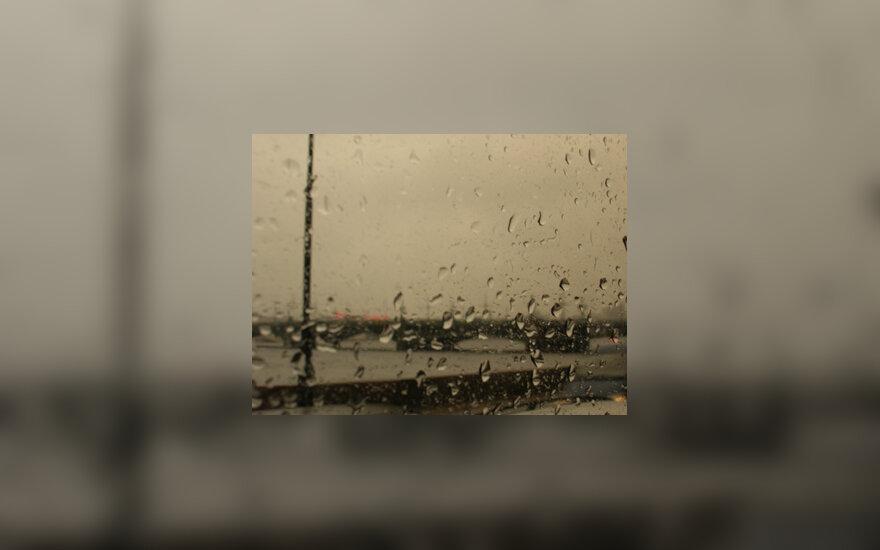 Vandens lašai ant stiklo, lietus