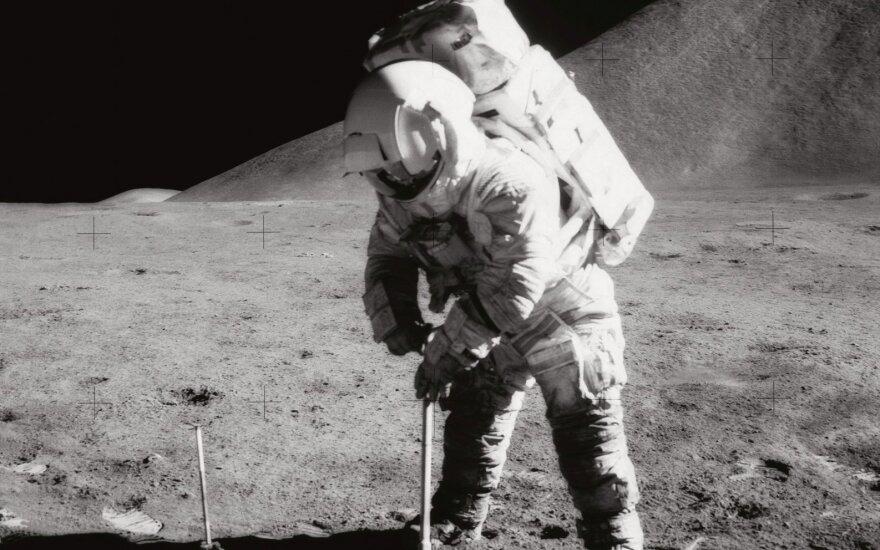 Astronautas Jamesas Irwinas Mėnulyje 1971 metais