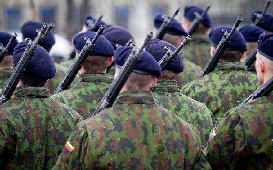 Svarstoma karininkus vėliau išleisti į atsargą