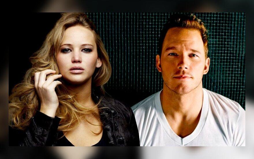"""Jennifer Lawrence ir Chrisas Prattas filme """"Keleiviai"""" (SONY nuotr.)"""