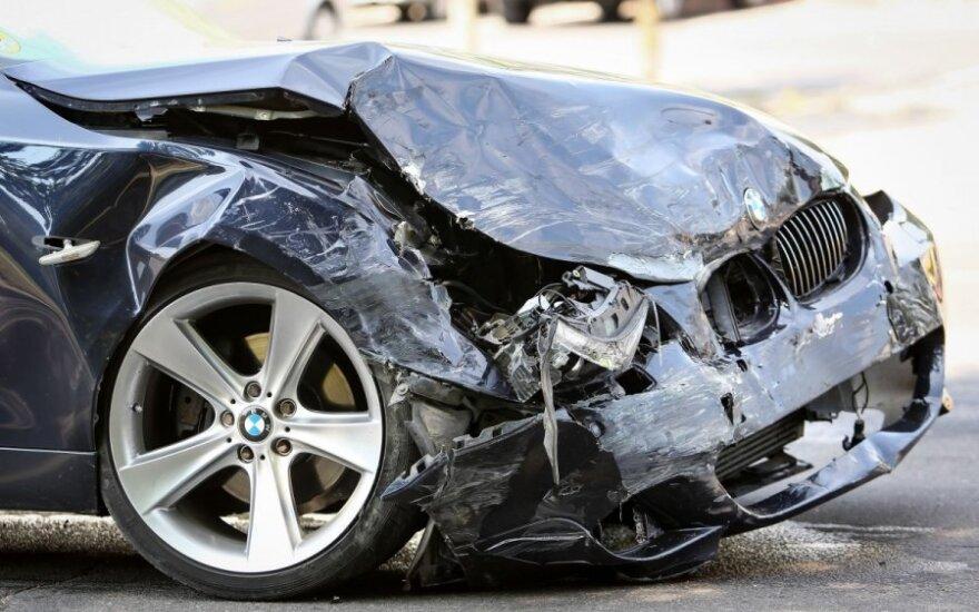 Vilniuje į avariją suskubo visos tarnybos: vienas žmogus nebejudėjo