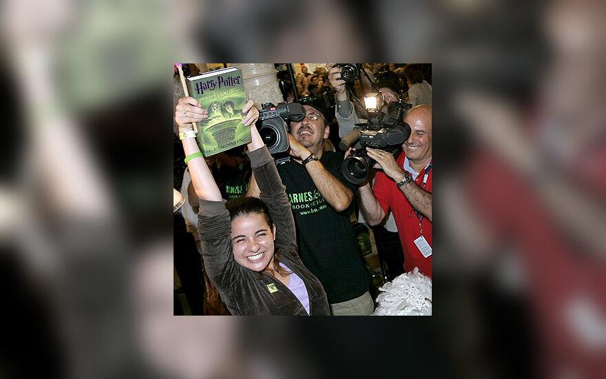 Mergina įsigijo naują knygą apie Harį Poterį