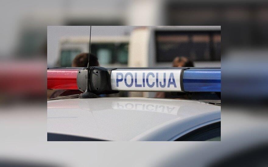 Sušalęs vyras mirė policijos automobilyje