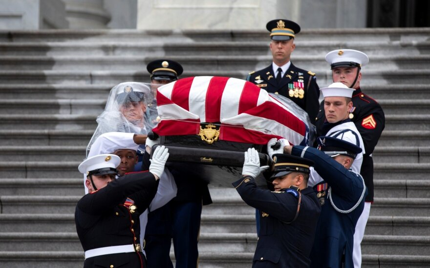 McCainą laidotuvėse pagerbė du eksprezidentai, bet Trumpas išvyko į golfo klubą