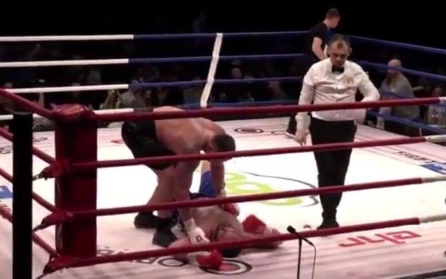 Kambala įspūdingai grįžo į ringą – varžovas neišsilaikė ant kojų