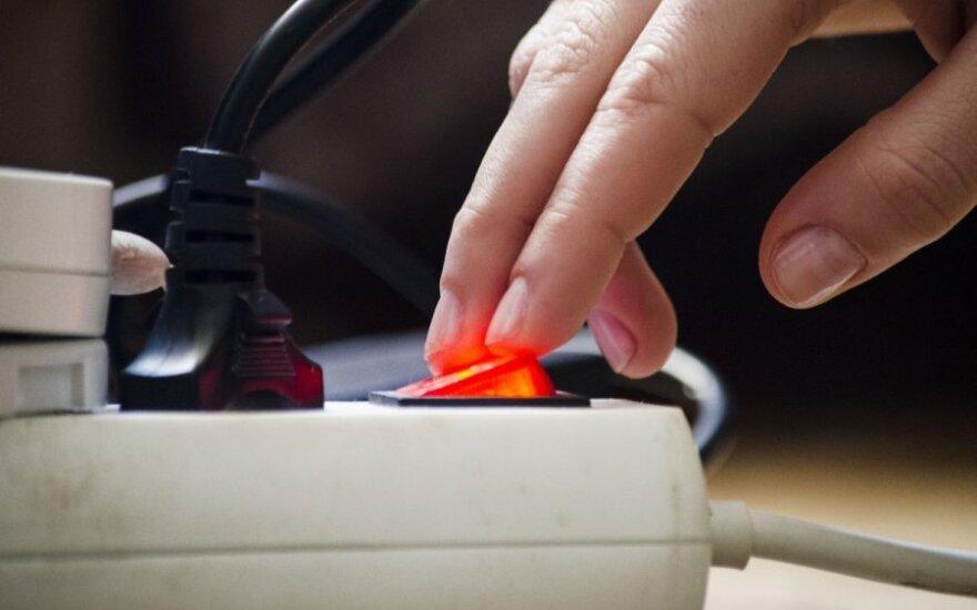 Lietuviai pradeda taupyti elektrą