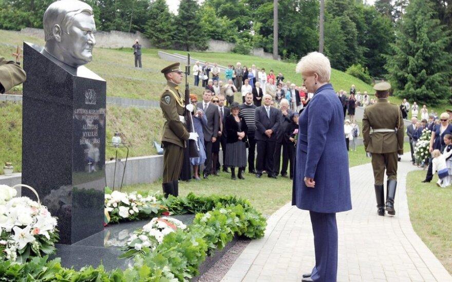 Prezidentė Dalia Grybauskaitė prie paminklo A. Brazauskui