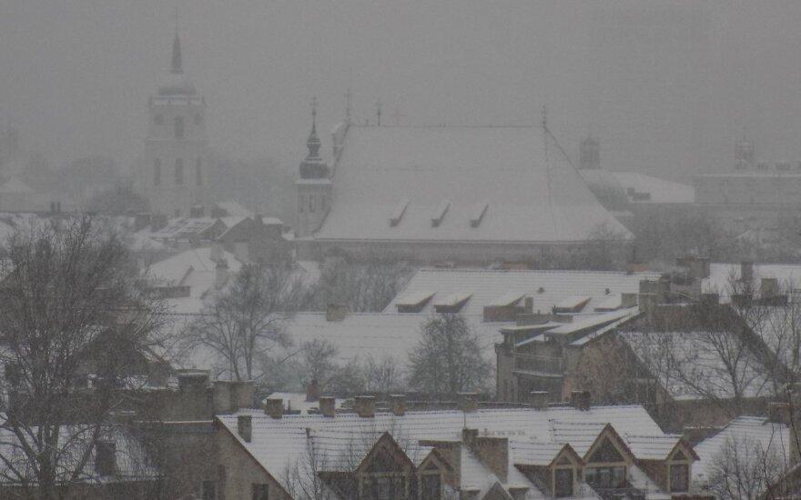 """Savaitgalį sniegas """"balino"""" Vilniaus stogus"""