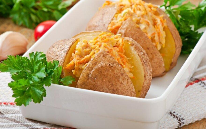 Vištiena ir morkomis įdarytos bulvės