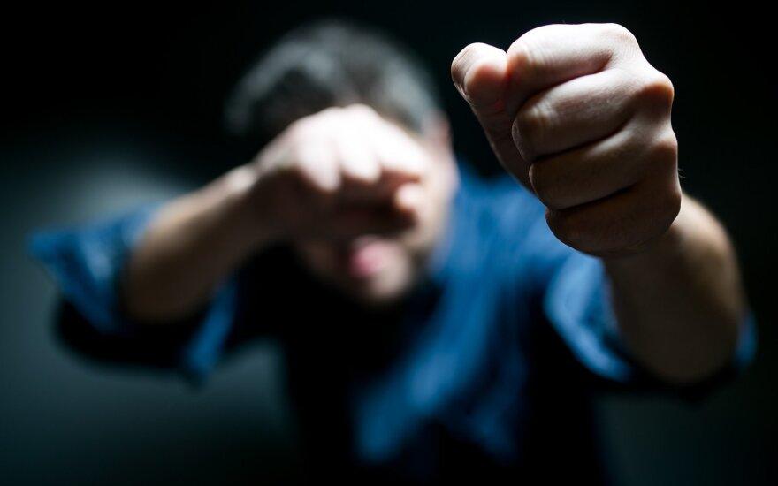 Į areštinę uždarytas karys – smurtavo prieš moterį