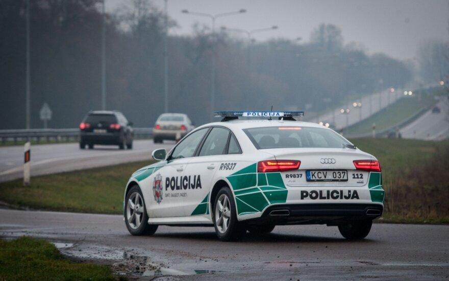 Prokurorų kaltinimai šokiruoja: policininkai, įtariama, miške kankino prie medžio prirakintą vaiką