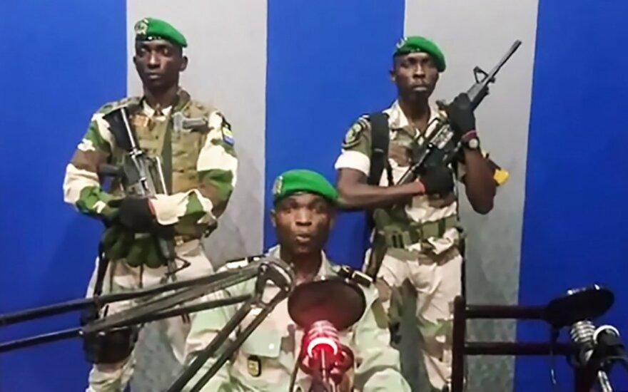 """Gabone """"demokratiją atkurti"""" siekianti kariuomenė surengė perversmą"""