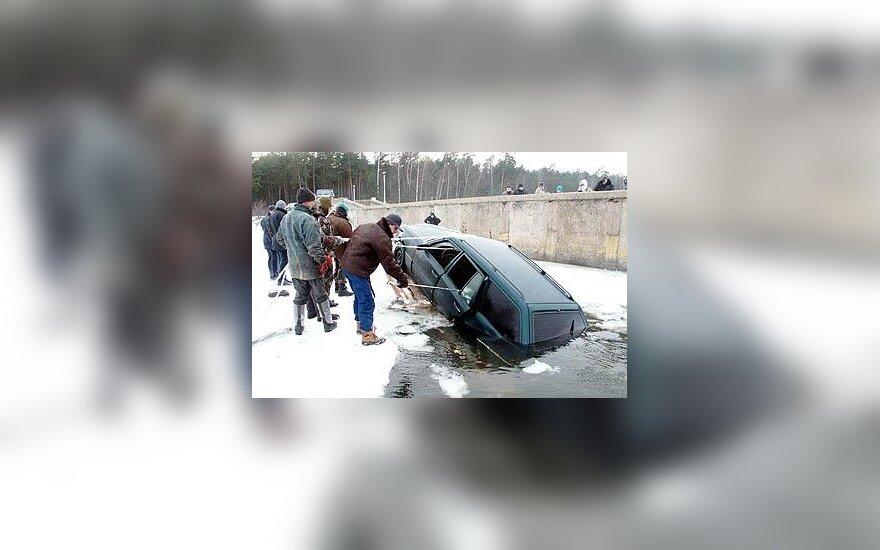 Iš Kauno marių traukiamas automobilis