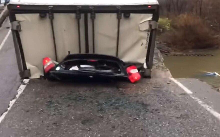 Vilkikas sugriovė tiltą ir sutraiškė automobilį