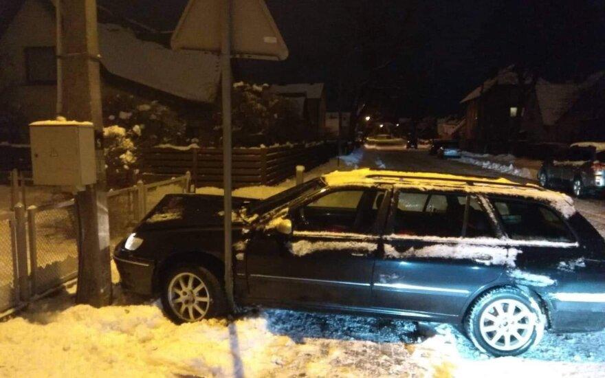 Klaipėdoje girtas vairuotojas dalį gatvės paliko be elektros