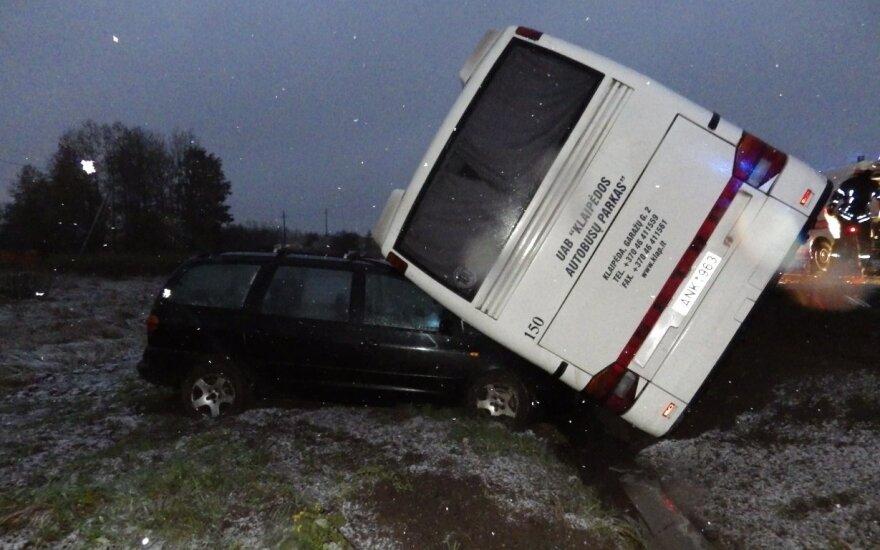 Prie pat Telšių susidūrė autobusas ir lengvasis automobilis, abu nuslydo į griovį