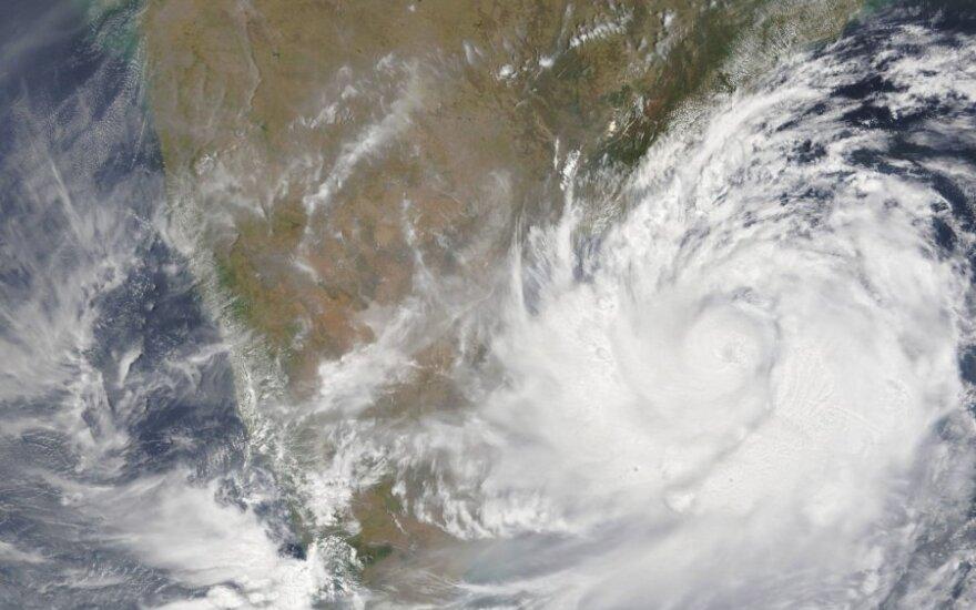 Indijoje dėl artėjančio grėsmingo ciklono skubiai evakuojami 800 tūkst. žmonių