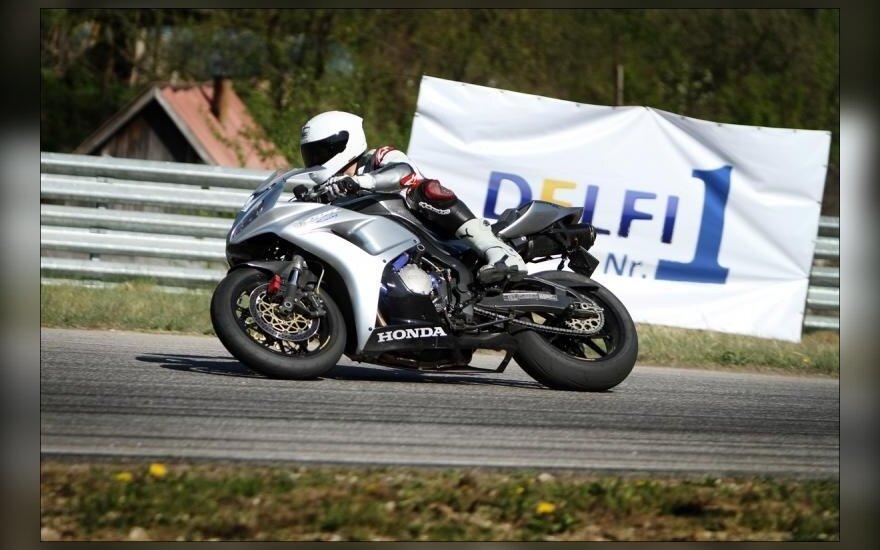 Motociklų mėgėjai lenktyniauja Nemuno žiede