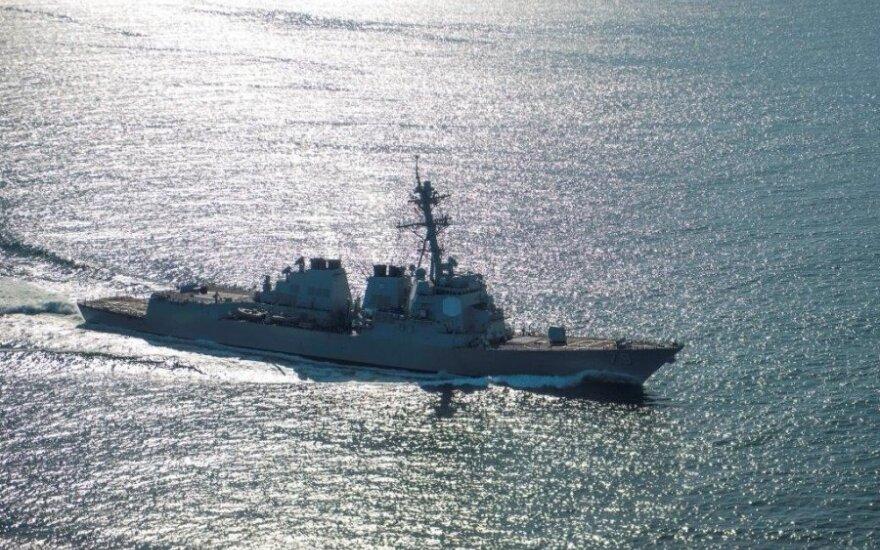 """JAV eskadrinis minininkas """"USS Oscar Austin"""" (JAV karinio jūrų laivyno nuotr.)"""