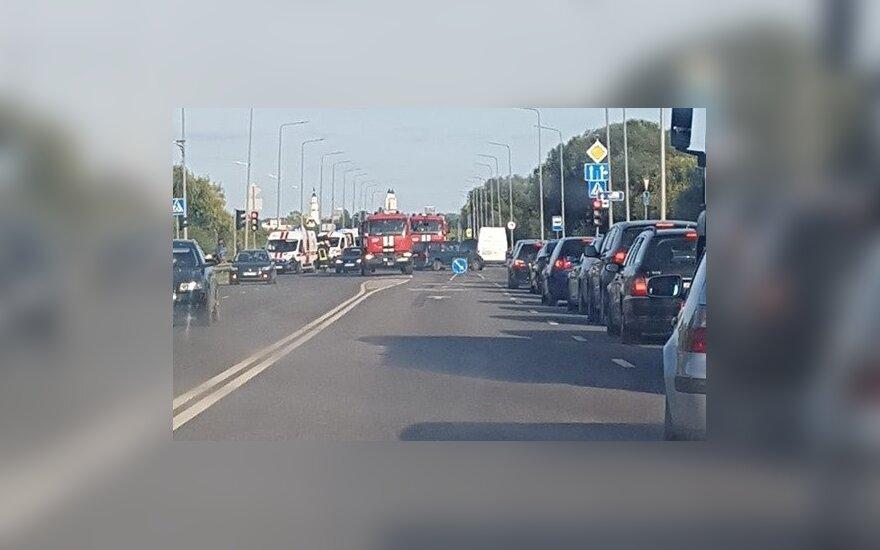 Kaune per avariją vienas automobilis apsivertė, atskubėjo visos tarnybos