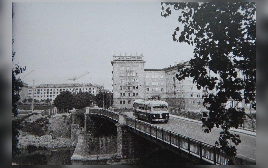 1-ojo maršruto troleibusas važiuoja Žvėryno tiltu 1958 m.  // L. Morozovo, LCVA nuotr.