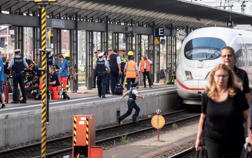 Frankfurte prie Maino vyras po traukinio bėgiais nustūmė aštuonmetį berniuką