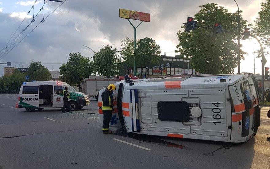 Avarija Kaune: apverstas pas ligonį skubėjusių medikų automobilis