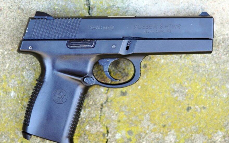 Kaune agresyvus vaikinas pistoletu šaudė ne tik į jaunuolio buto duris, bet ir į langus