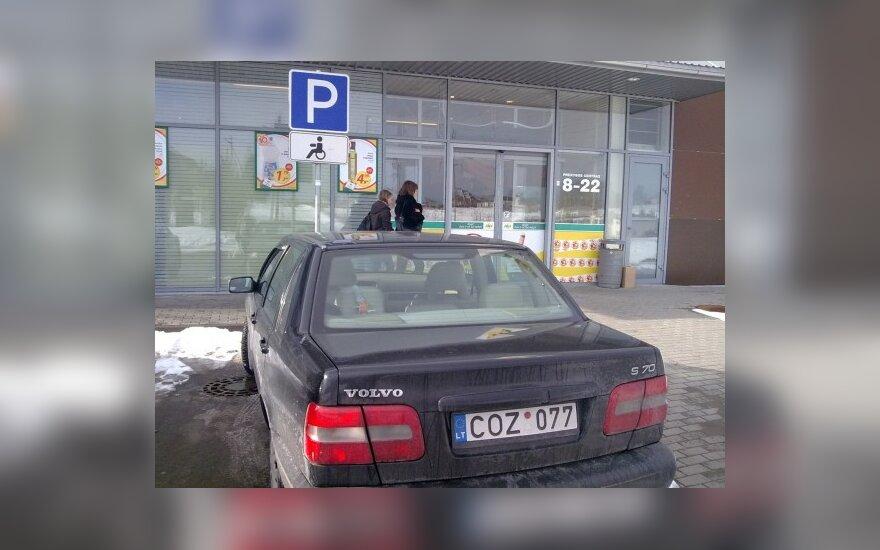Vilniaus raj. Zujūnai, prie IKI. 2010-03-04, 15 val.