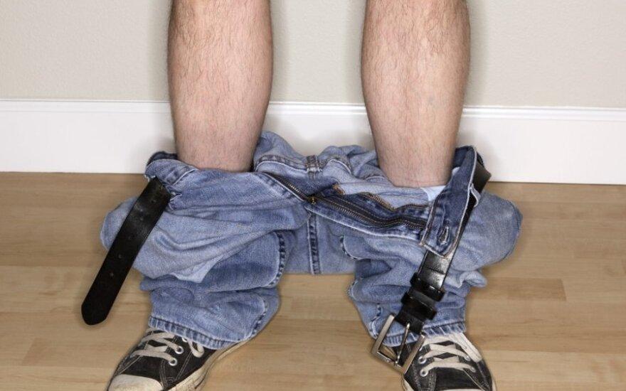 Interneto sensacija: kaip apsimauti kelnes be rankų