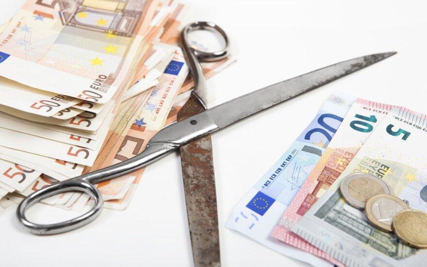 """Valstybių skoloms šturmuojant aukštumas, ekonomistai įspėja: gali grįžti """"diržų veržimosi"""" politika"""