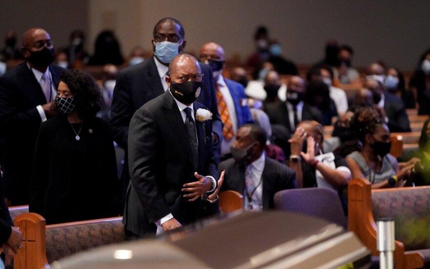 Sausakimšoje bažnyčioje atsisveikinama su policijos brutalumo ir rasinės neapykantos auka tapusiu Floydu