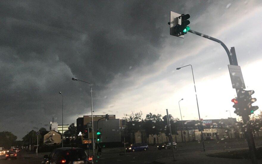 Orai: rekordinį karštį lydės liūtys ir žaibai