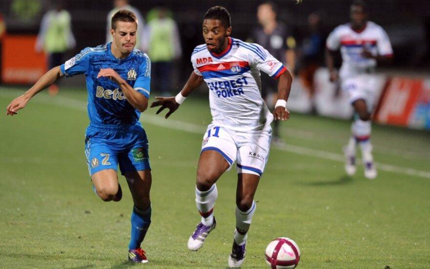 """Cesaris Azpilicueta (""""Marseille"""", kairėje) ir Michelis Bastosas  (""""Lyon"""")"""