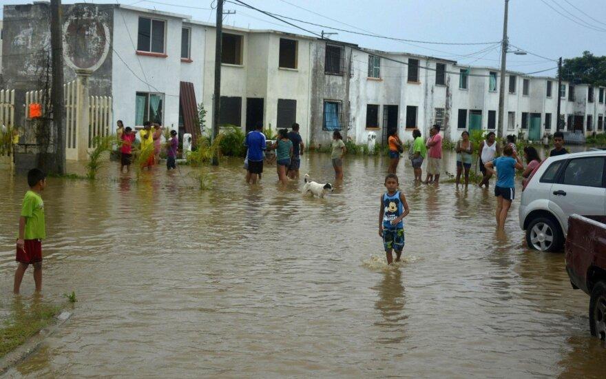 Meksikos kurortą Akapulką nuniokojo potvyniai ir nuošliaužos